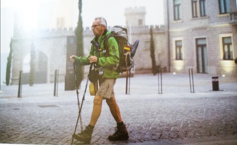Peregrino com bastões de caminhada a fazer Caminho de Santiago em Albergaria-a-Velha