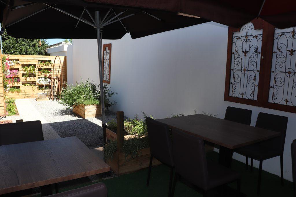 Espaço exterior do restaurante La Costa Brava na Maia