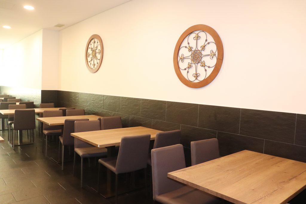 Mesas da sala interior do restaurante La Costa Brava na Maia
